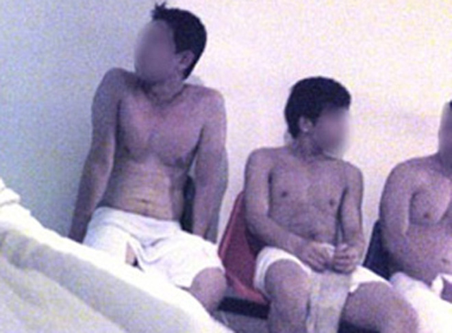Massage kích dục đồng tính trong quán ốc