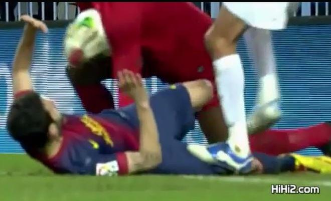 """Chơi xấu, Fabregas dính đòn """"gậy ông đập lưng ông"""""""