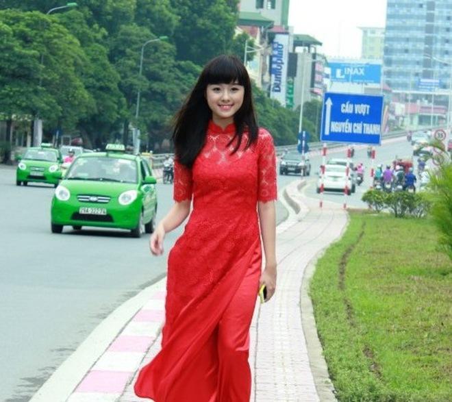 Nữ sinh 9X duyên dáng trong tà áo dài đỏ thắm
