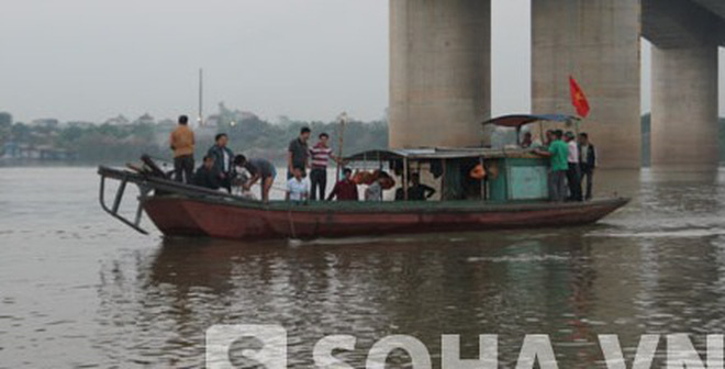 Đi dọc sông Hồng tìm xác chị Lê Thị Thanh Huyền dù mưa bão