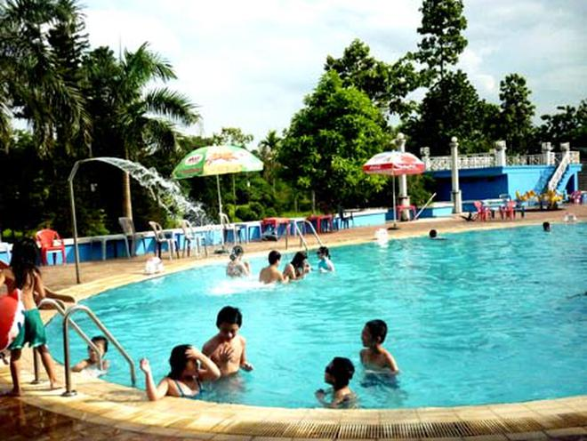 Bể bơi 'dìm hàng' nhau để câu kéo khách