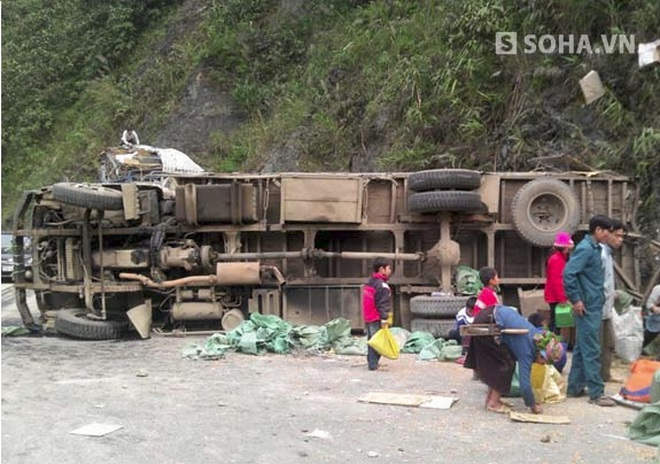 Xuống dốc mất lái, xe tải lao vào vách núi