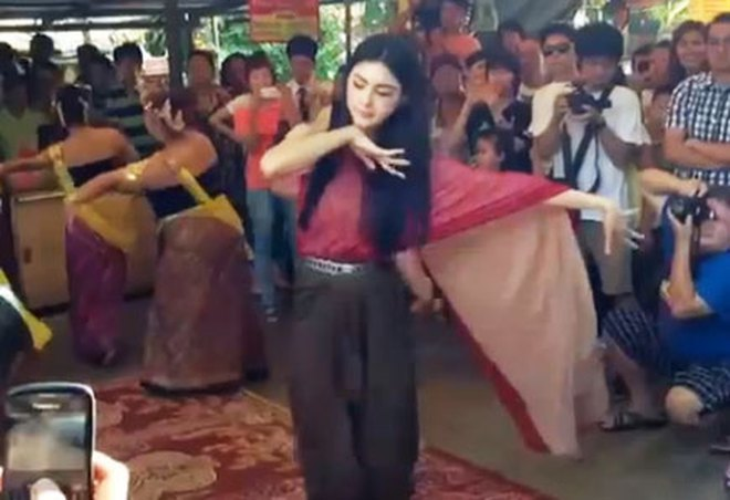 Hot girl Mai đến miếu thờ, múa tạ ơn nàng ma Nak
