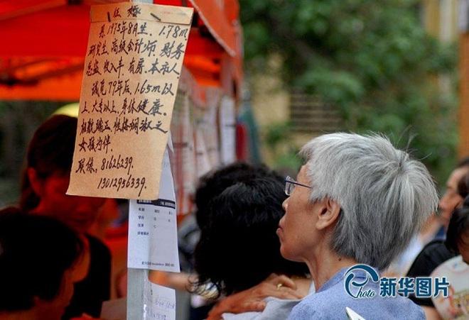 Cận cảnh hội chợ mai mối tấp nập... người già ở Trung Quốc