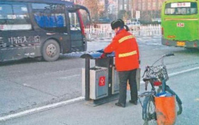 Trung Quốc: Triệu phú làm nghề quét rác để dạy con