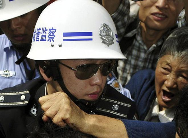 19 cán bộ Trung Quốc bị dân tạt a-xít