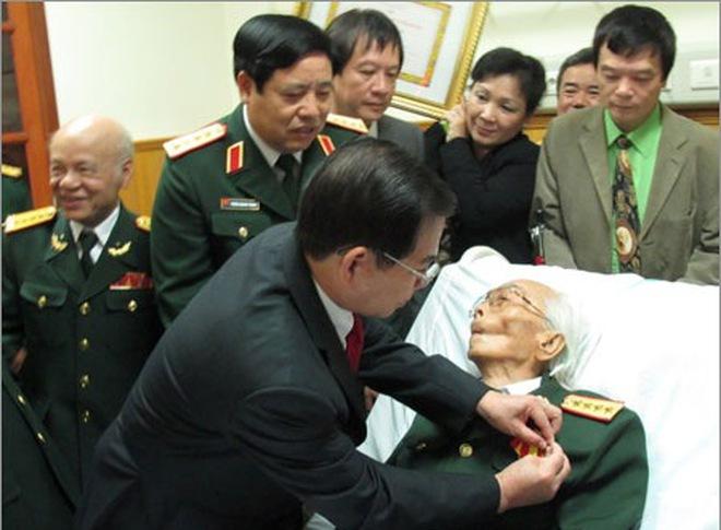 """""""Phòng bệnh Đại tướng Võ Nguyên Giáp đêm nay chỉ có ánh sáng đỏ"""""""
