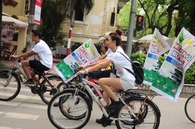 Sinh viên đạp xe kêu gọi bảo vệ môi trường