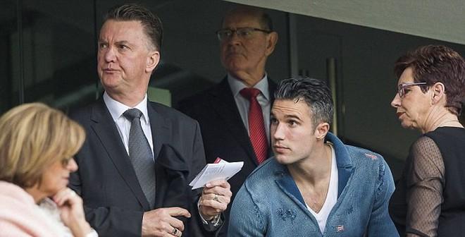 Van Persie đã đứng sau vụ Man United thay tướng?