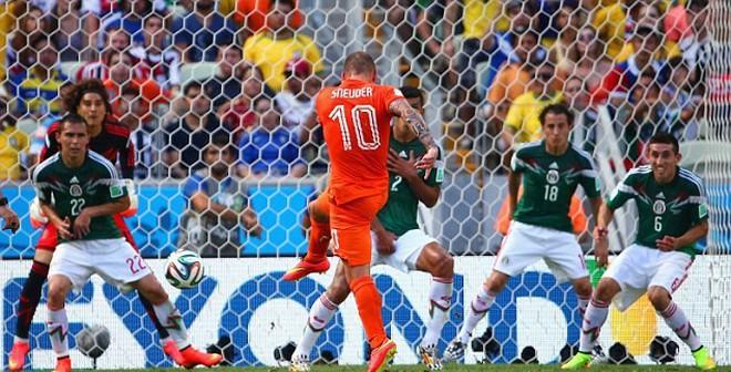 """Siêu phẩm """"điện xẹt"""" của Wesley Sneijder"""