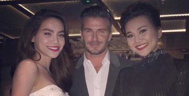 4 sao Việt và 1 người hâm mộ chụp ảnh cùng David Beckham