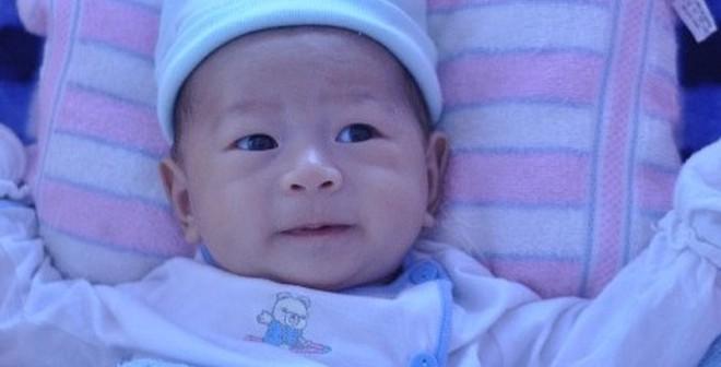 Em bé bị văng ra khỏi bụng mẹ: Biết lật và cứng cáp sau 50 ngày