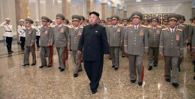 Vì sao Kim Jong Un đi khập khiễng trong lễ tưởng niệm ông nội?