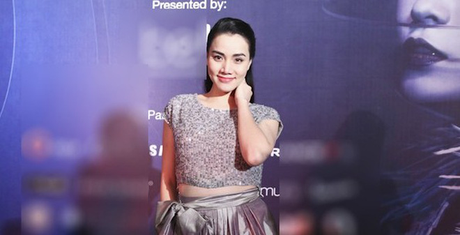 Trang Nhung bầu bí vẫn diện crop-top lên thảm đỏ Tuần lễ thời trang