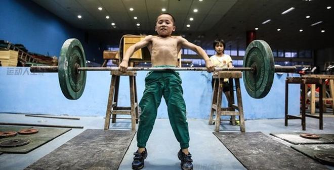 Cận cảnh cuộc sống cơ cực của trẻ em làng cử tạ Trung Quốc