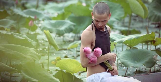 Bất ngờ với nam nhân xăm rồng, mặc áo yếm chụp ảnh hoa sen
