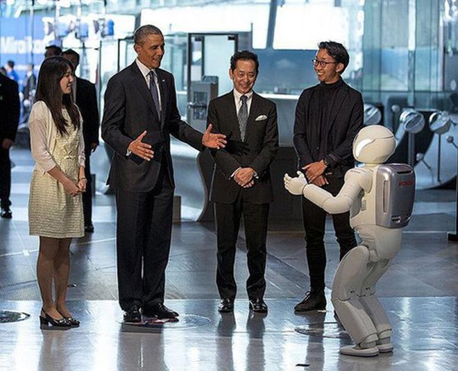 Tổng thống Obama đá bóng với... robot Nhật