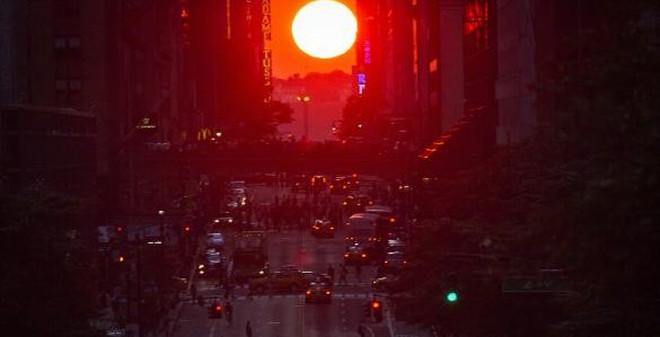 7 ngày qua ảnh: Hiện tượng mặt trời kỳ thú trên đường phố Mỹ