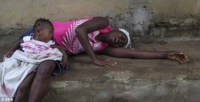 Thêm những hình ảnh chấn động từ tâm đại dịch Ebola