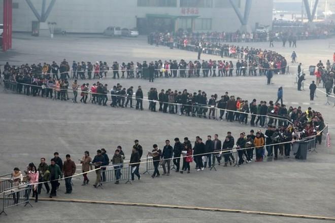 Hàng nghìn người xếp hàng dài để... xin việc sau Tết