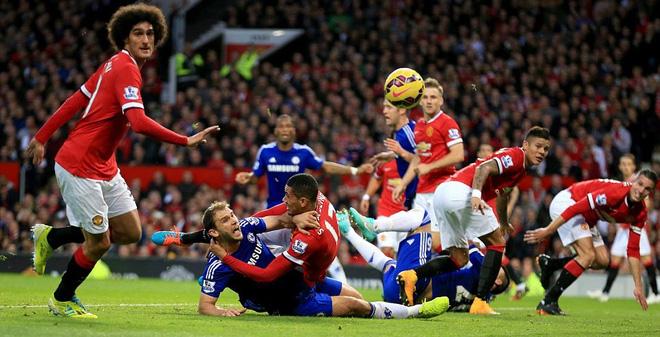Túm cổ quật ngã đối thủ, Man United vẫn thoát penalty