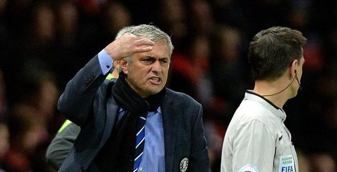 Mourinho phát điên với trọng tài sau trận hòa Man United