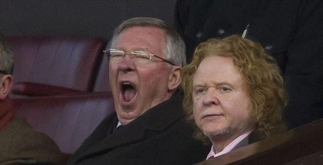 Sir Alex thất thần, ngáp ngắn ngáp dài ở Old Trafford