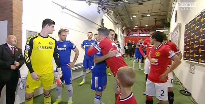 """Sao Chelsea """"tức mắt"""" vì Van Persie ôm Cesc Fabregas thắm thiết"""