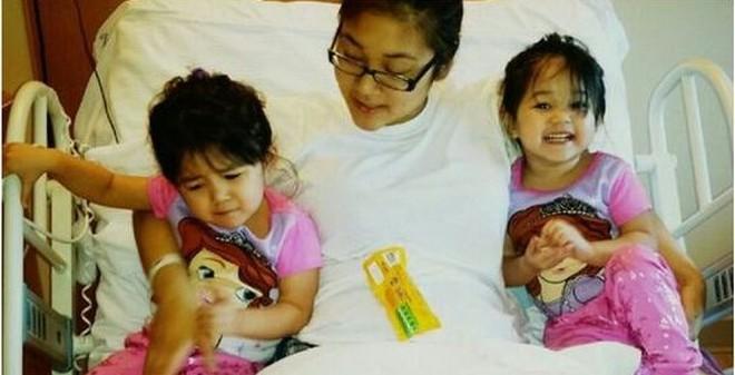 Mẹ dũng cảm dùng thân chặn đứng chiếc ô tô chở 2 con gái