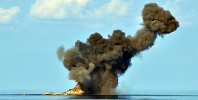 Không quân Việt Nam diễn tập ném bom, bắn đạn thật trên biển