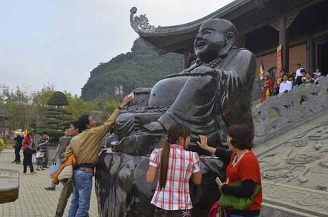 Rải tiền lẻ bừa bãi ở chùa Bái Đính