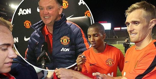 """Cấm """"cưỡi"""" siêu xe, Van Gaal bắt Rooney, Persie đi bộ đến sân"""
