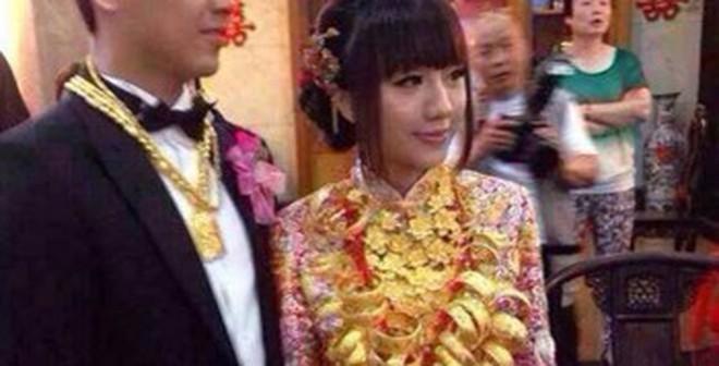 Trung Quốc: Cô dâu suýt gãy cổ vì đeo 70 chiếc vòng vàng
