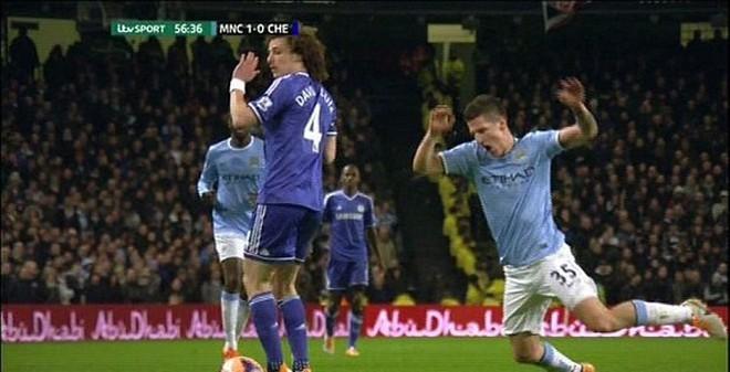 Pha ngã trơ trẽn nhất lịch sử của sao Man City trước Chelsea