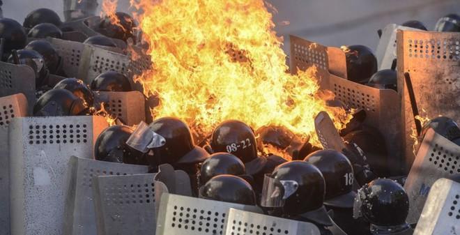 24h qua ảnh: Cảnh sát chống bạo động bốc cháy ngùn ngụt