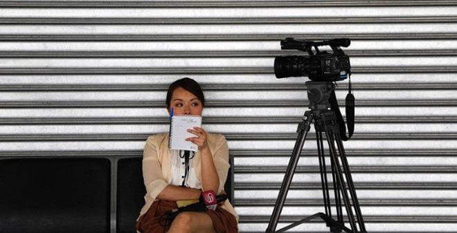 24h qua ảnh: Nữ phóng viên TQ ngồi chờ tin tại sân bay Malaysia