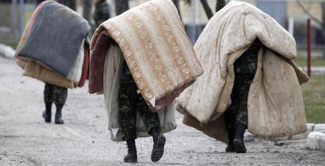 24h qua ảnh: Lính Ukraine vác chăn đệm đi trong căn cứ ở Crimea