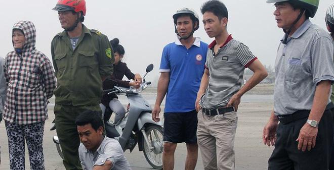 Vứt xe máy, nam thanh niên lao xuống biển cứu người đuối nước