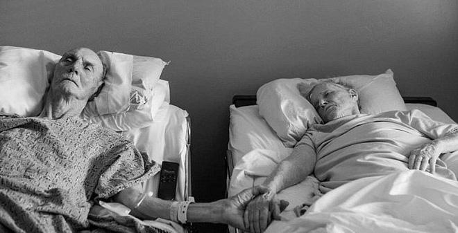 Cảm động cặp vợ chồng nắm tay nhau qua đời trên giường bệnh