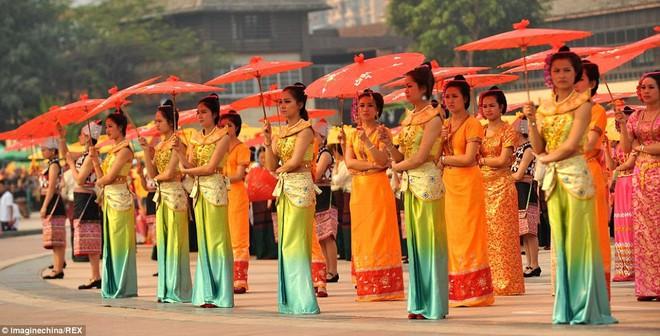Dàn mỹ nhân Trung Quốc múa ô lập kỷ lục thế giới