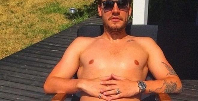 Cựu sao Arsenal tung ảnh khoe thân kinh dị trên mạng xã hội