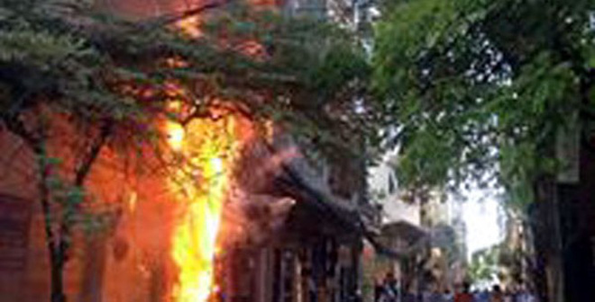 Hà Nội: Cột điện chằng chịt dây bị cháy, lan sang 2 nhà bên cạnh