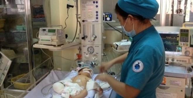 Vết nhiễm trùng của bé trai văng ra từ bụng mẹ trong tầm kiểm soát