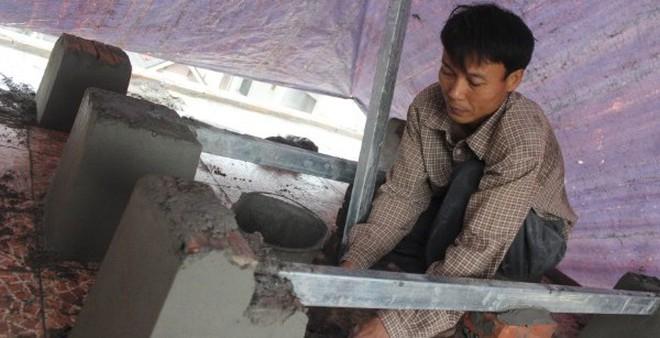 Bố mẹ cậu bé đạt HCV Toán quốc tế phải ở trong lán căng áo mưa