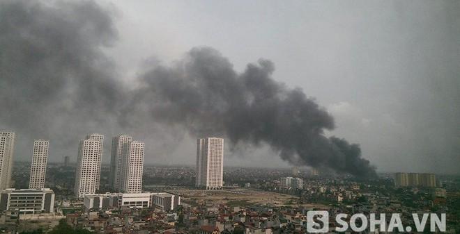 Cháy kho hàng công ty Diana, cột khói bốc cao hàng trăm mét