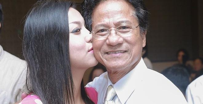 Chế Linh bối rối vì fan nữ hôn táo bạo trước mặt vợ