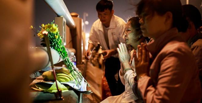 Đêm trước ngày xử án: Mẹ chị Huyền thắp hương trên cầu Thanh Trì