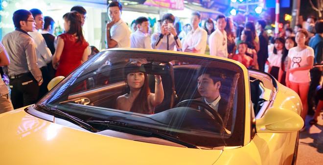 Bằng Cường gây chú ý bằng xe mui trần và bạn gái lạ mặt