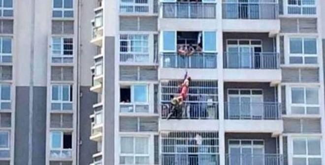 Nhảy lầu tự tử, thiếu nữ bị mắc vào lan can tầng 11