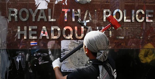 """Phe biểu tình Thái Lan thách thức """"lệnh khẩn cấp"""""""
